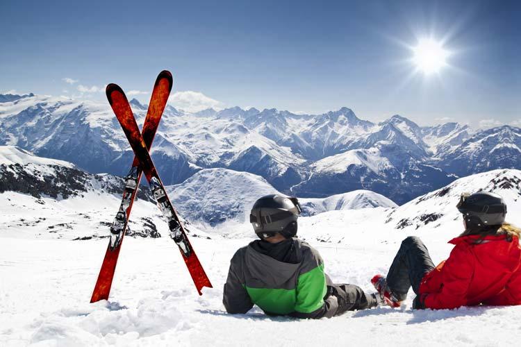 Sciatori in relax sulla neve
