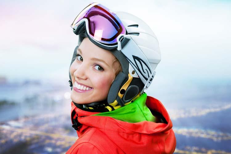 Jeune fille heureuse de ses accessoires achetés chez Marcellin Sport