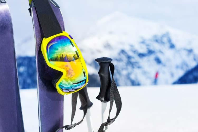 Skis et accessoires dans la neige